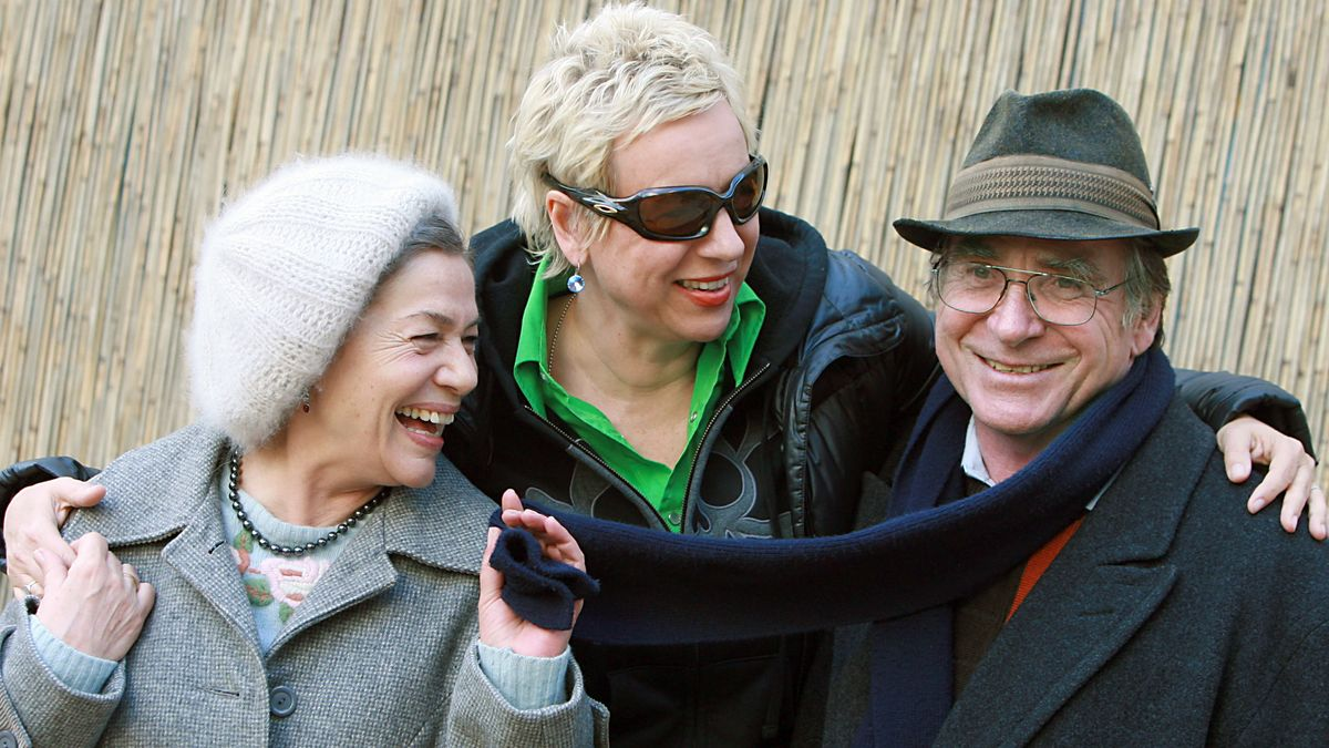 Regisseurin Doris Dörrie in der Mitte zwischen der lachenden Schauspielerin Hannelore Elsner und dem grinsenden Schauspieler Elmar Wepper. Dörrie hat die Arme um die Schauspieler gelegt, Elsner zieht an Weppers Schal.