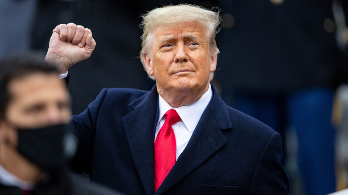 Sieht sich selbst gerne als Retter: Donald Trump, hier im Bild mit erhobener Faust beim Besuch des Army-Navy Football Games im Michie Stadium  in West Point, New York, am 19. Dezember 2019.