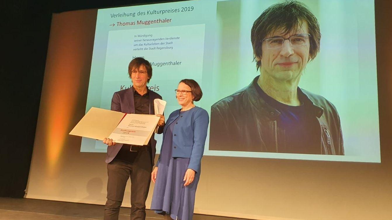 Thomas Muggenthaler und Regensburgs Bürgermeisterin Gertrud Maltz-Schwarzfischer bei der Preisverleihung