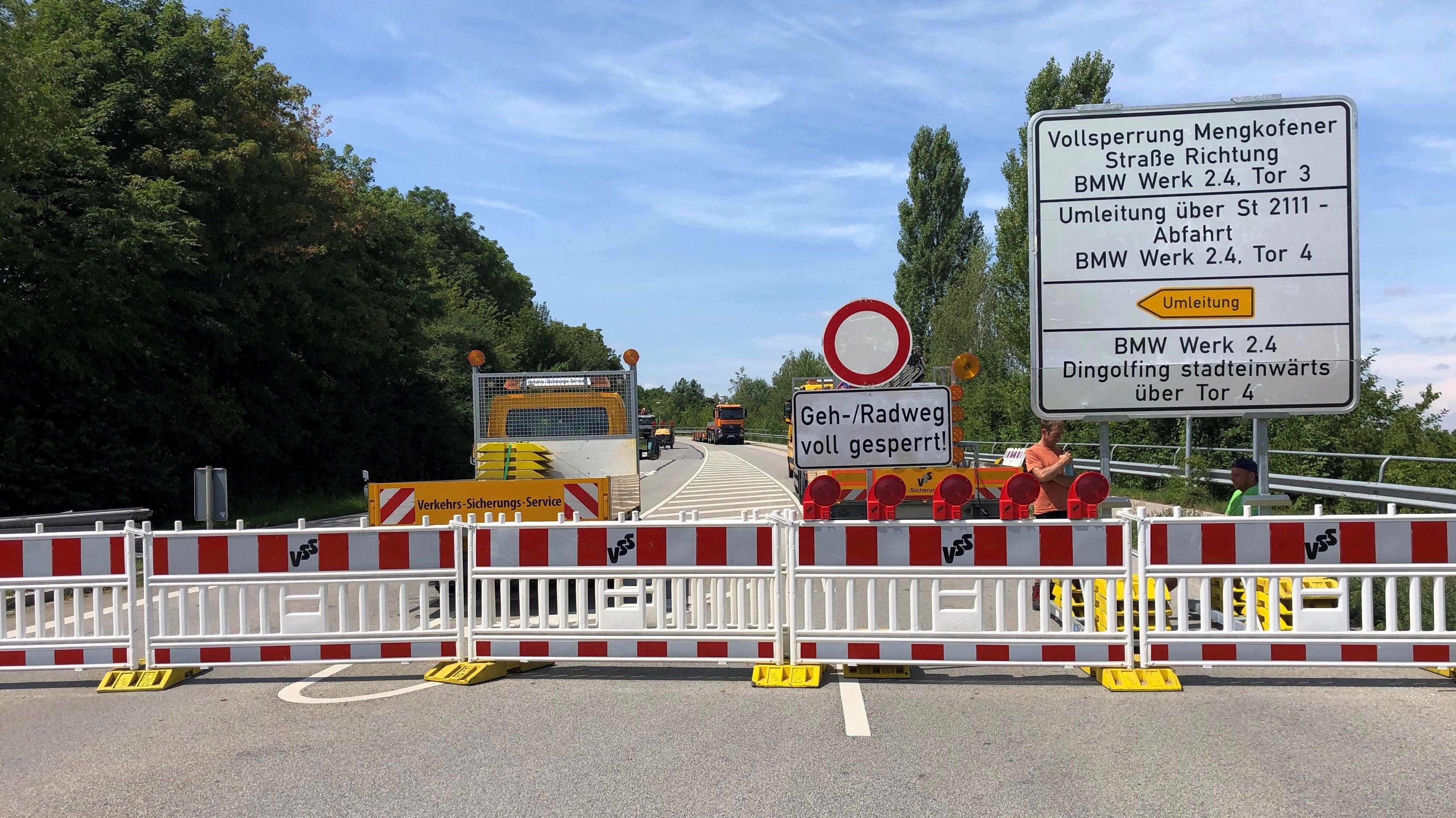 Vor dem Dingolfinger BMW-Werk wird an der Zufahrt gearbeitet. Die beschädigte Brücke wird abgerissen und neu gebaut.