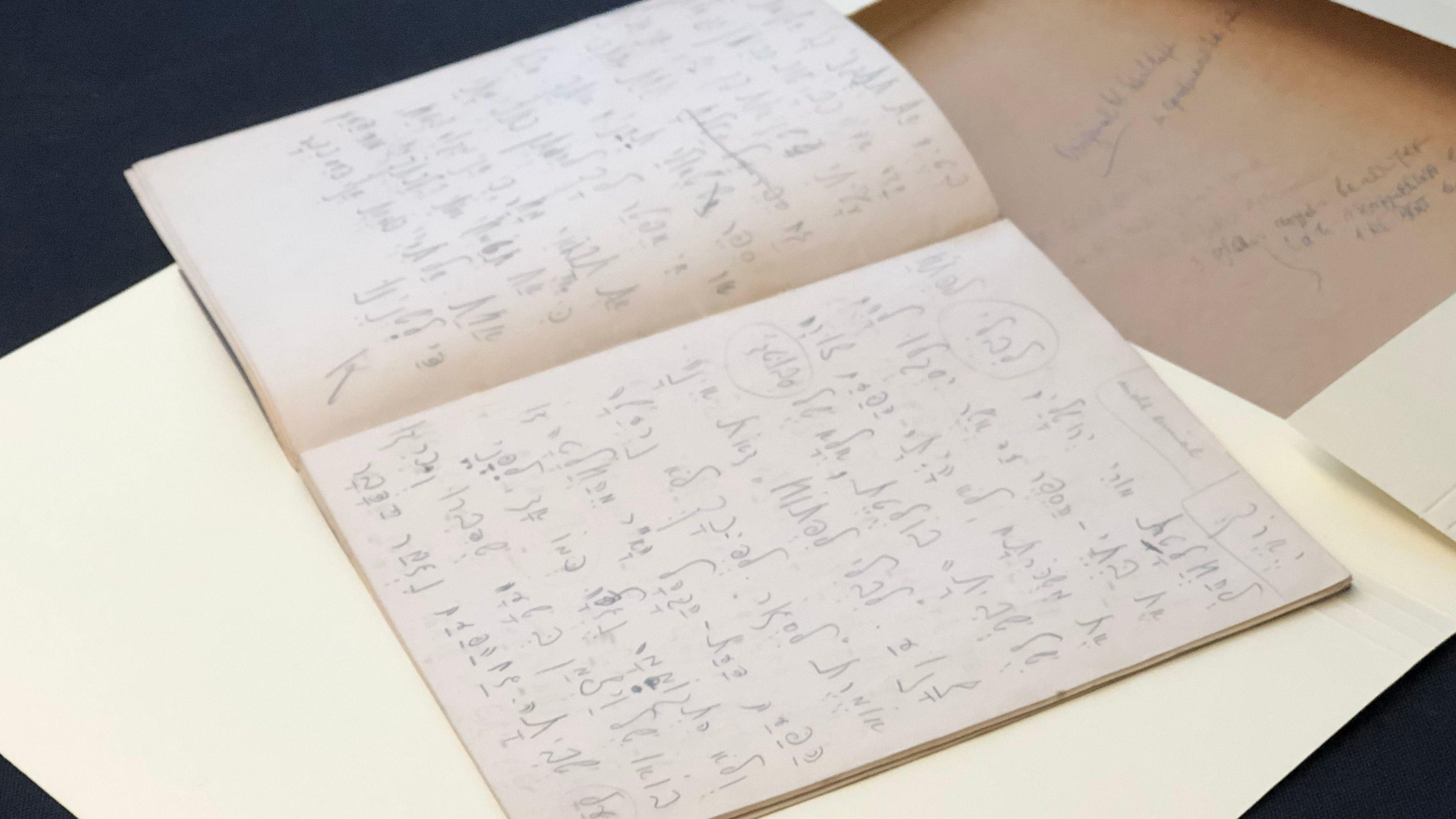 Ein aufgeschlagenes Notizbuch mit handschriftlichen Hebräisch-Übungen Kafkas