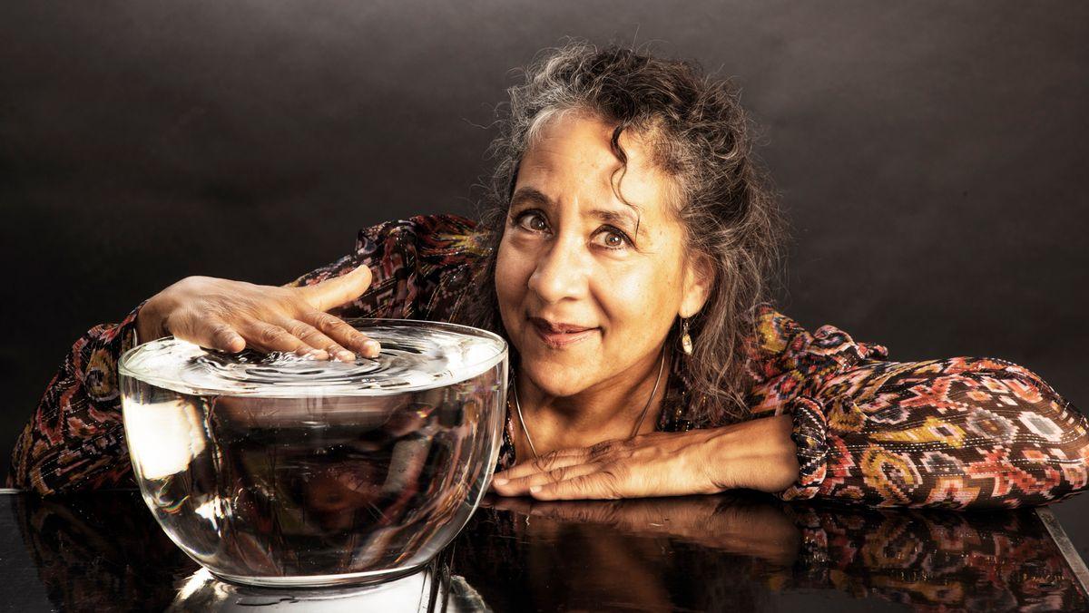 Percussionistin Marilyn Mazur hält die Hand in eine Schüssel mit Wasser, um Musik zu machen