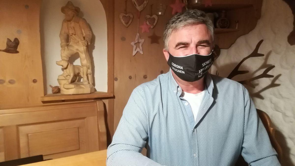 Karl Baumann in seinem Haus in Wenzenbach. Er hat die Selbsthilfegruppe für Menschen mit überstandener Covid-19-Erkrankung gegründet.