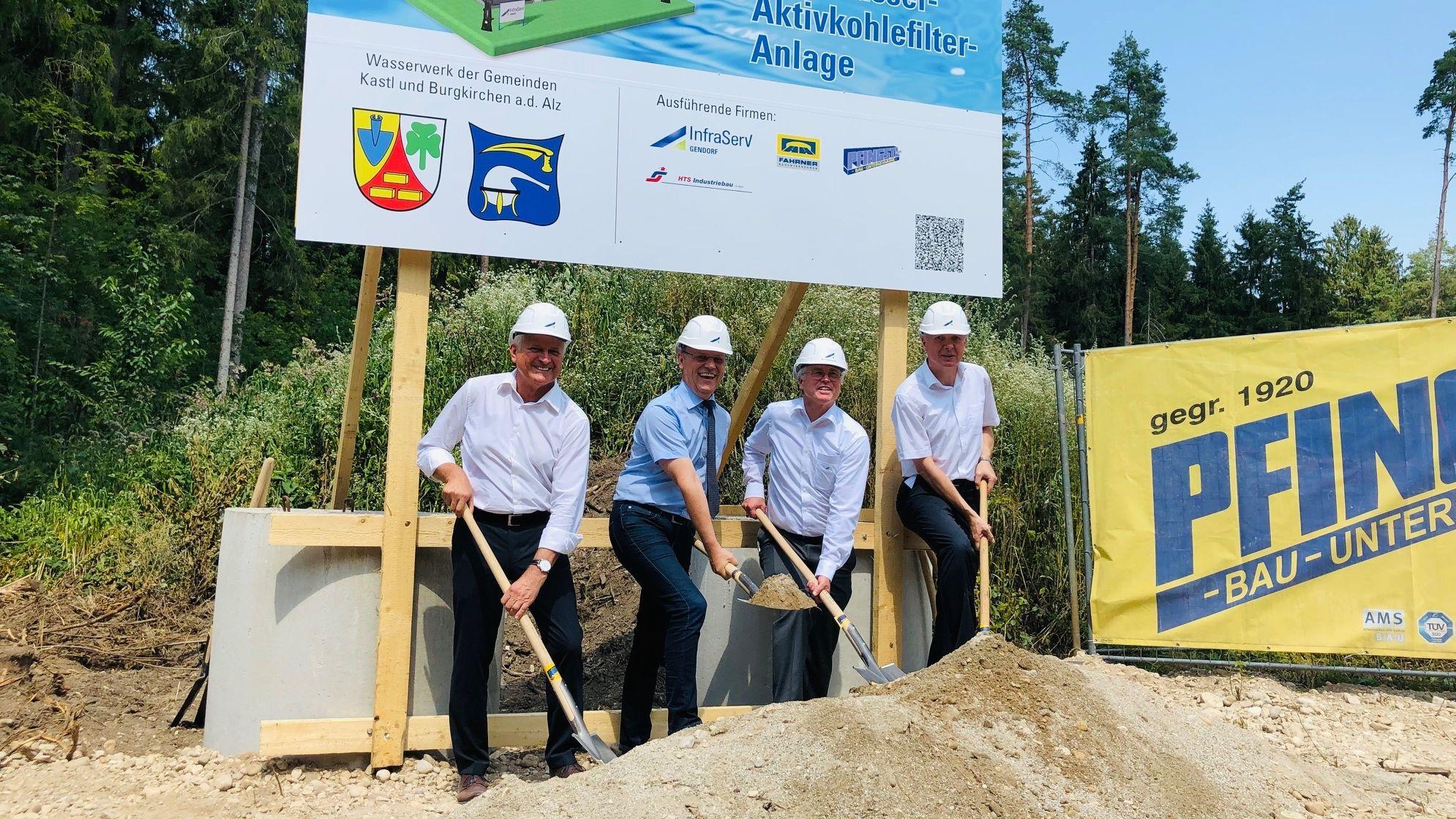 Spatenstich Kastl: (von links) Gottfried Mitterer, 1. BM Kastl (FW), Johann Krichenbauer, 1. BM Burgkirchen (FW), InfraServ-Geschäftsleiter Bernhard Langhammer, Dyneon-Geschäftsführer Burkhard Anders