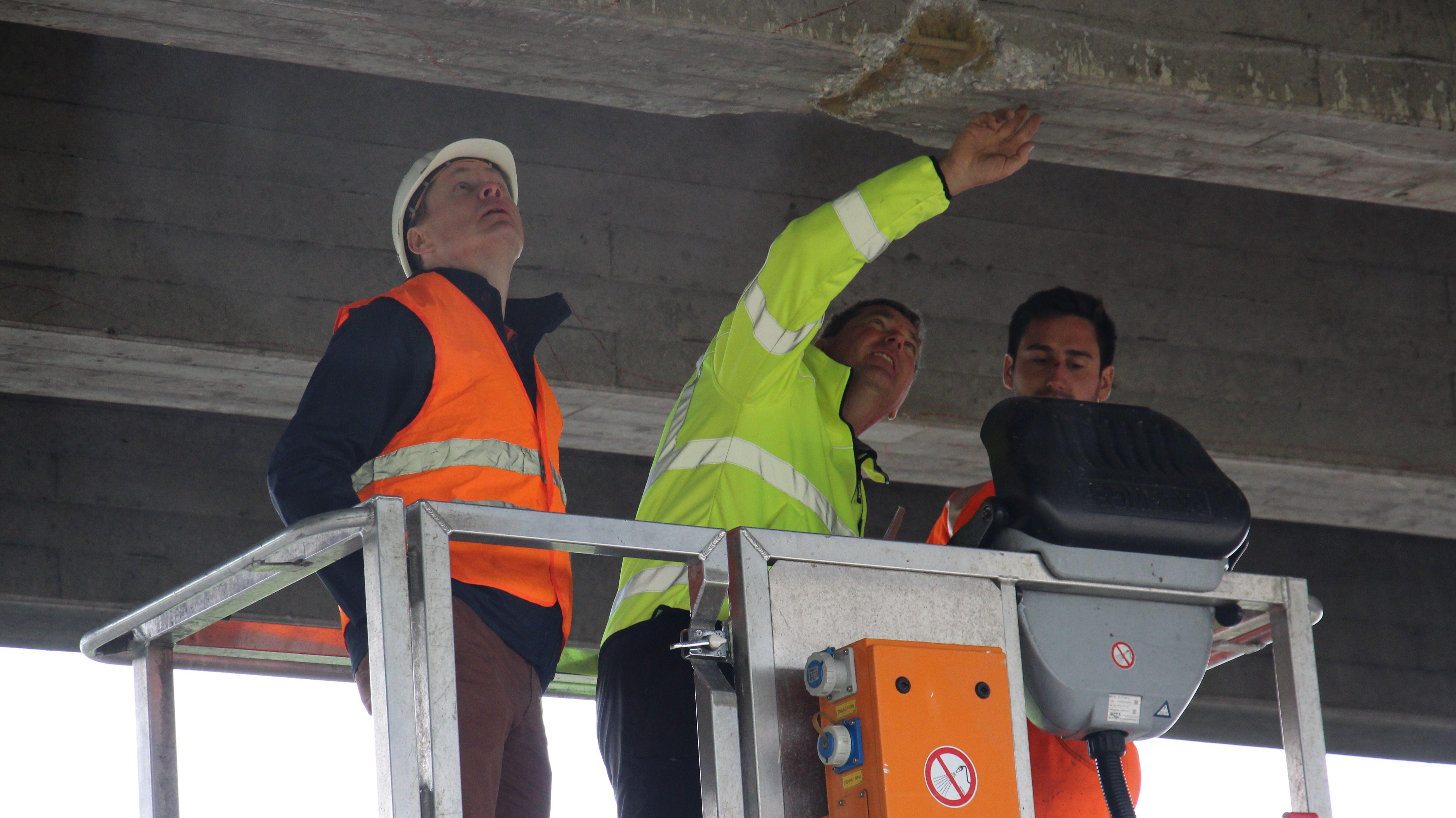 Bauingenieure unter einer Brücke