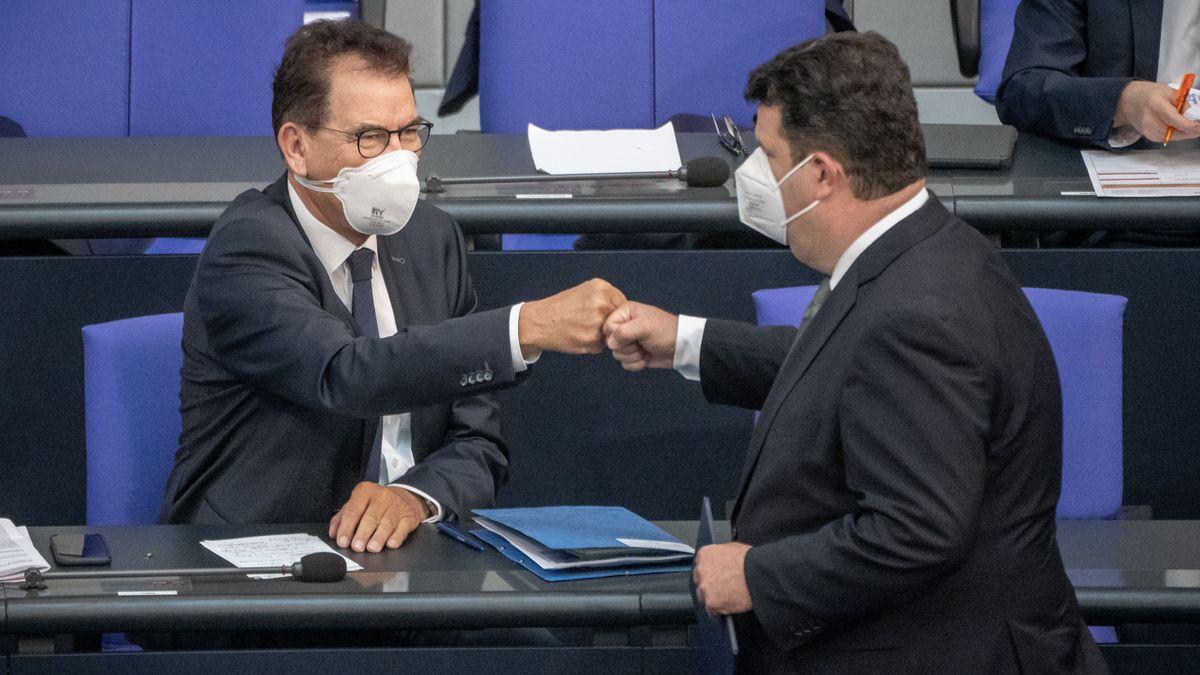 Gerd Müller (CSU) und Hubertus Heil (SPD) mit Faustgruß, nach Heils Rede in der Debatte um Sorgfaltspflichten in Lieferketten.