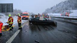 Bei Unfällen auf der Autobahn 8 mit mehreren Fahrzeugen sind zehn Menschen verletzt worden. | Bild:Mario Obeser /BR