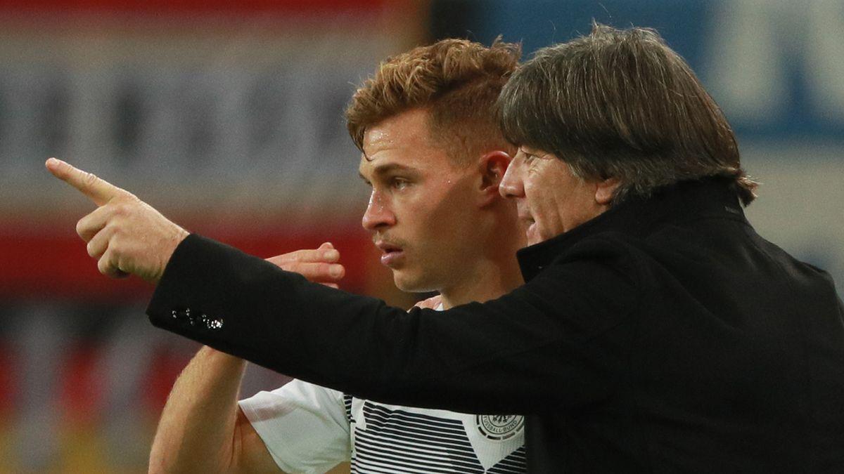 Bundestrainer Joachim Löw mit Joshua Kimmich
