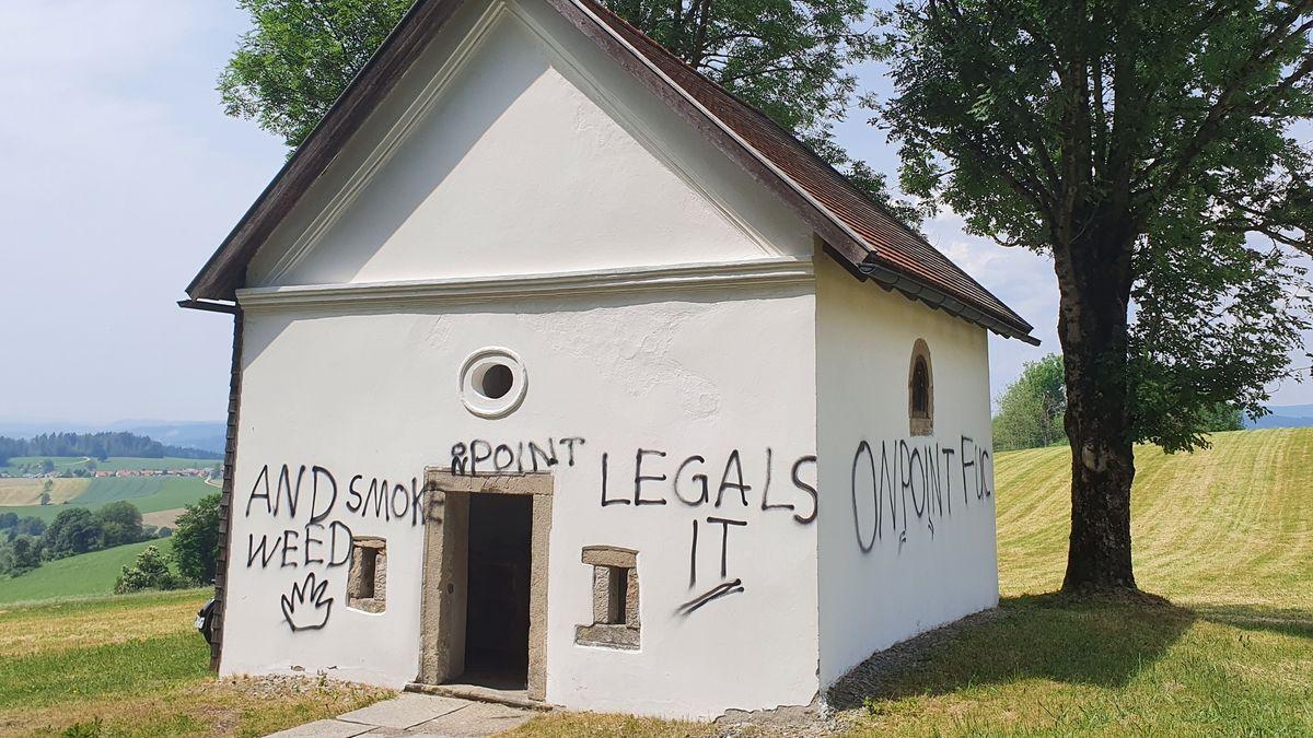 Die Vorderseite der beschmierten Kapelle