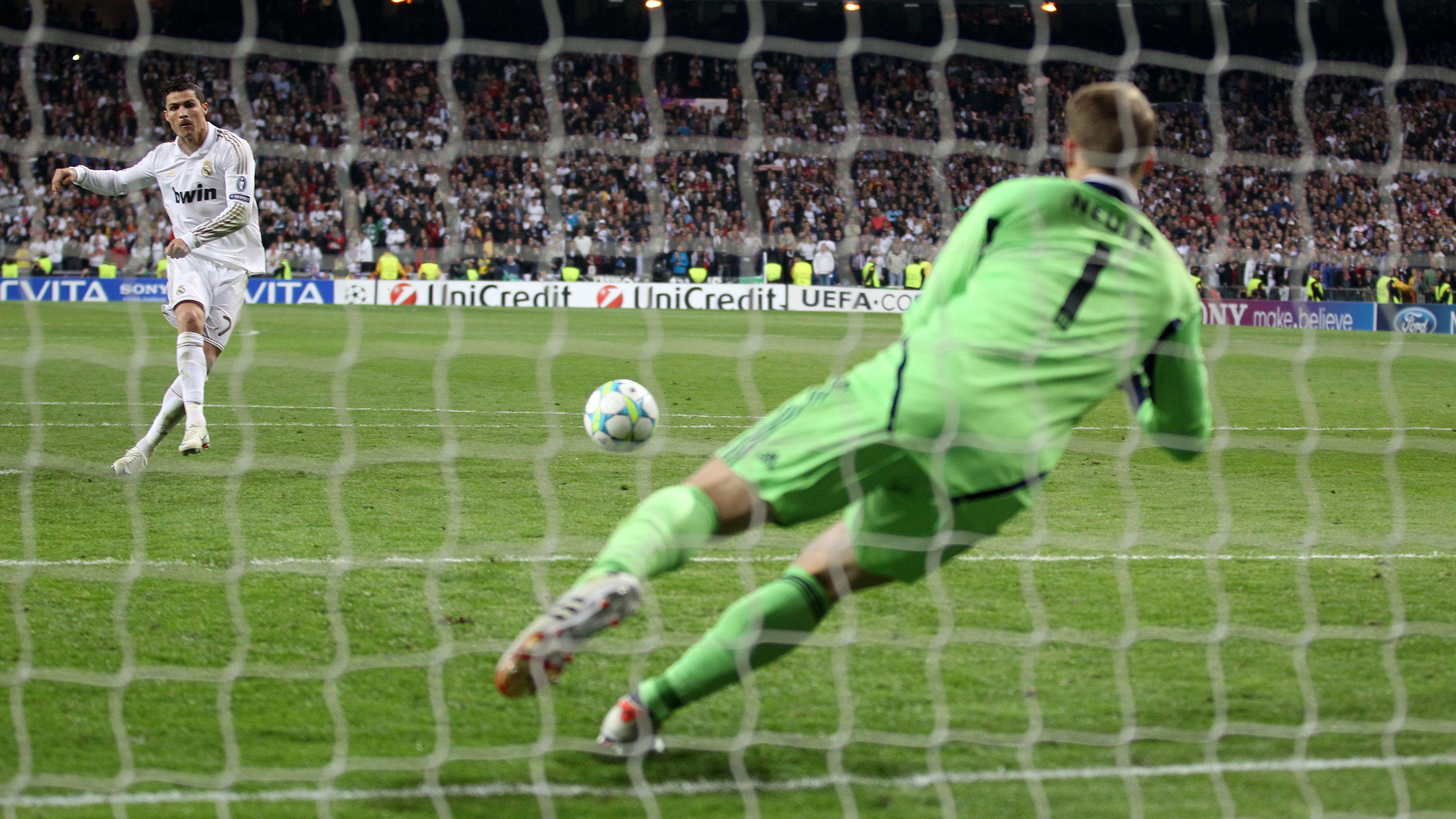 Manuel Neuer pariert einen Elfmeter von Cristiano Ronaldo