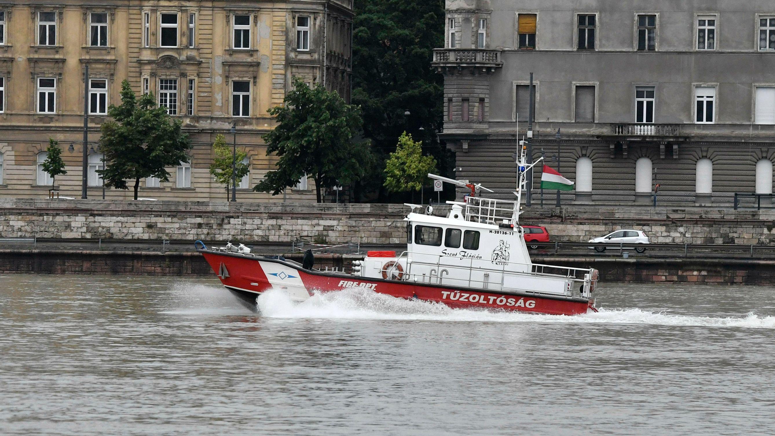 Ein Feuerwehrboot unterstützt die Rettungsarbeiten