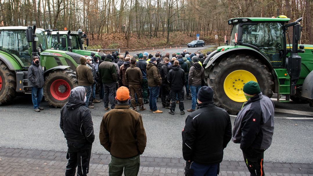 Landwirte blockieren die Zufahrt zu einem Discounter.