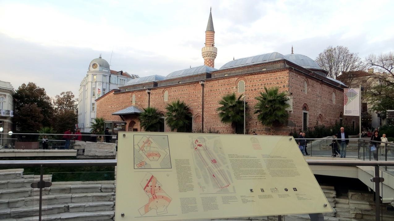Eine Tafel informiert über das antike Stadion. Dahinter liegt die  Dschumaja-Moschee. Das römische Stadion wurde im zweiten Jahrhundert unter Kaiser Hadrian gebaut.