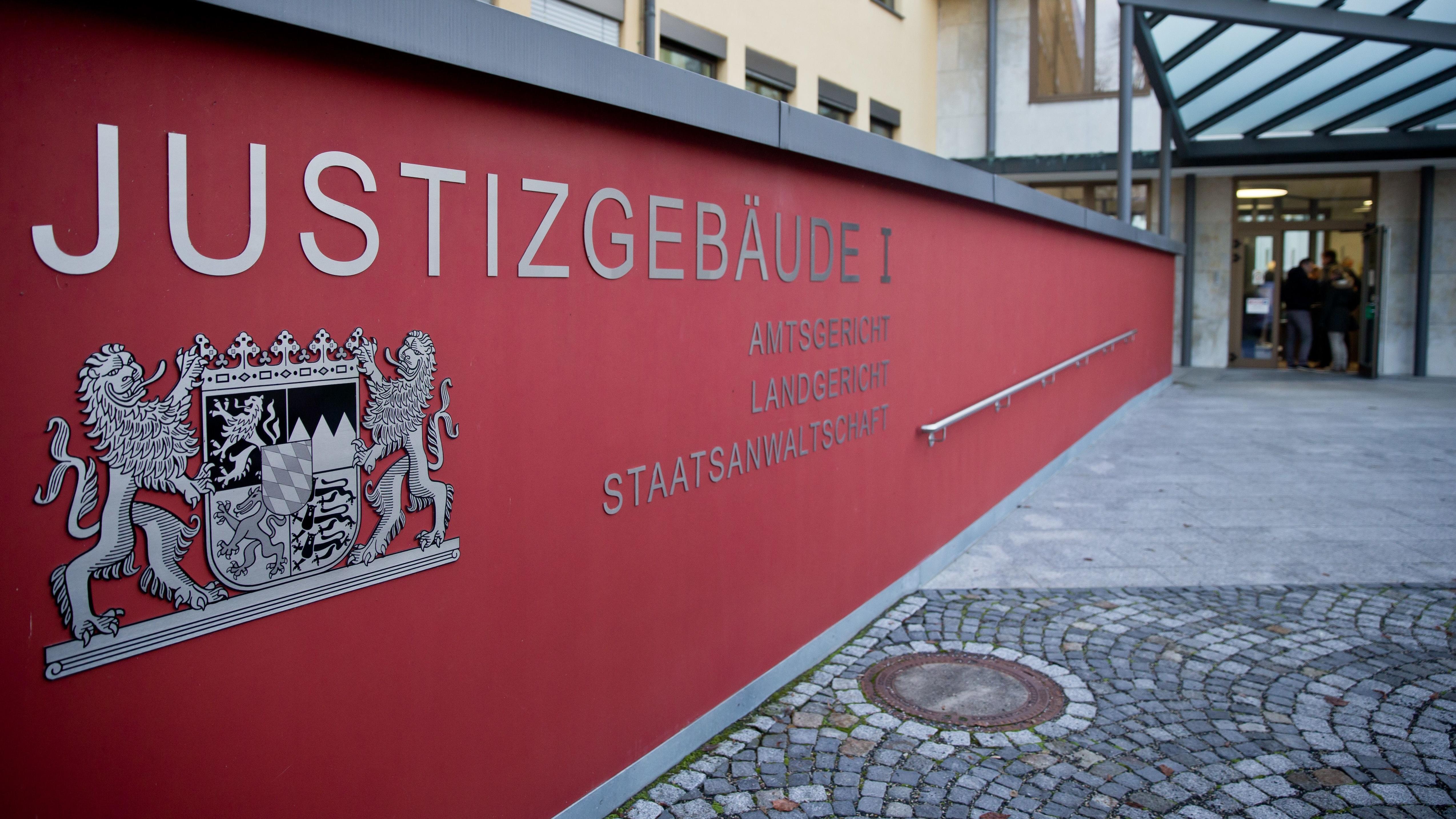 Rote Wand mit der Aufschrift Justizgebäude I, Amtsgericht, Landgericht, Staatsanwaltschaft