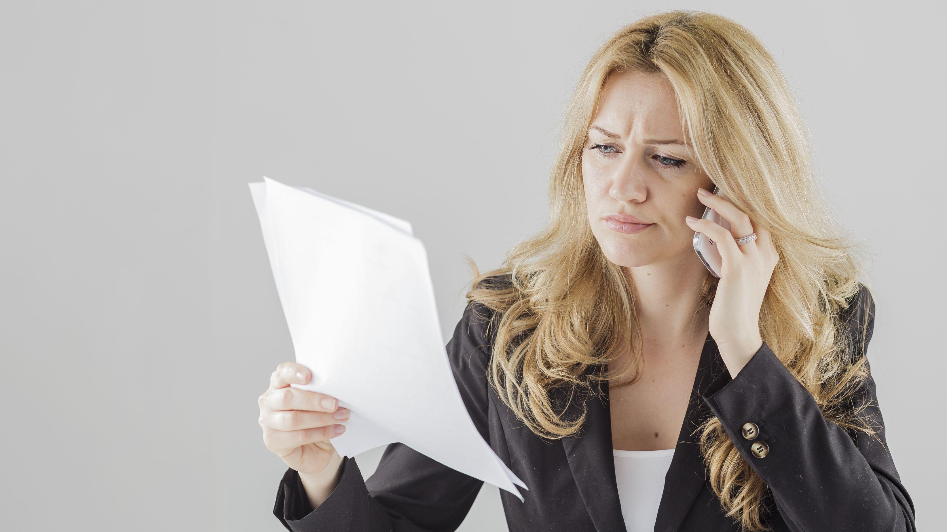 Illustration: Eine Frau telefoniert mit einem Smartphone, während sie Unterlagen in der Hand hält.