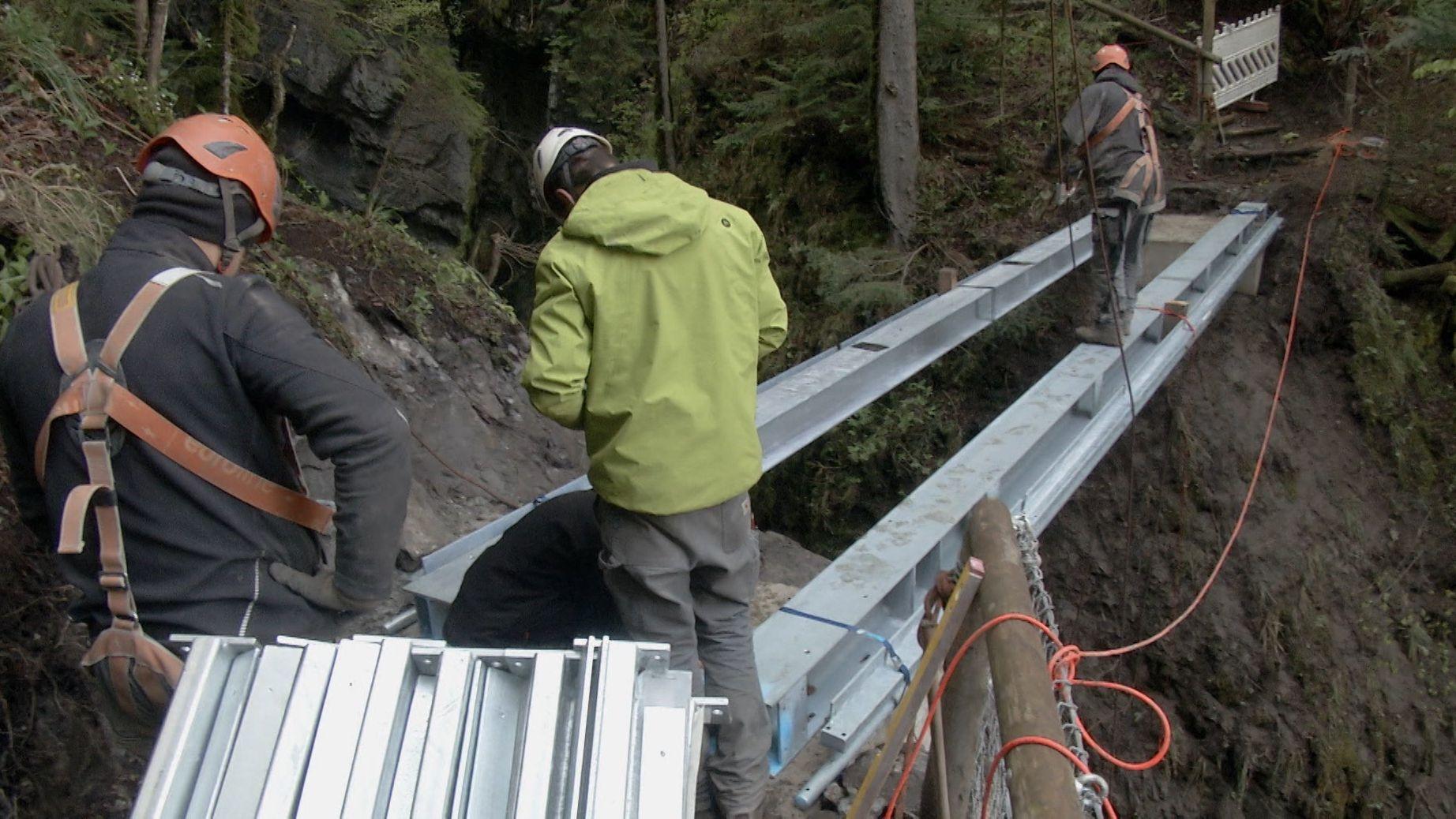 Stahlträger als Basis für die neue Brücke über die Partnach bei Garmisch-Partenkirchen