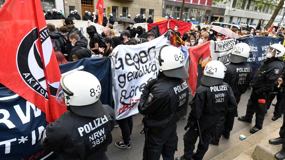 Polizisten begleiten einen Protestzug gegen das geplante Versammlungsgesetz für Nordrhein-Westfalen.