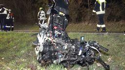 Ein völlig zerstörtes Motorrad liegt im Straßengraben. | Bild:BR
