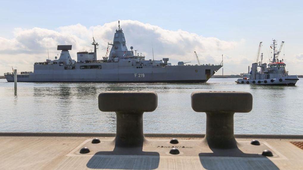 """Die Fregatte """"Sachsen"""", die bei der EU-Mission """"Sophia"""" eingesetzt wurde, fährt in den Hafen von Wilhelmshaven ein"""
