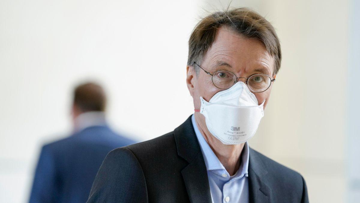 Karl Lauterbach trägt eine FFP2-Maske.