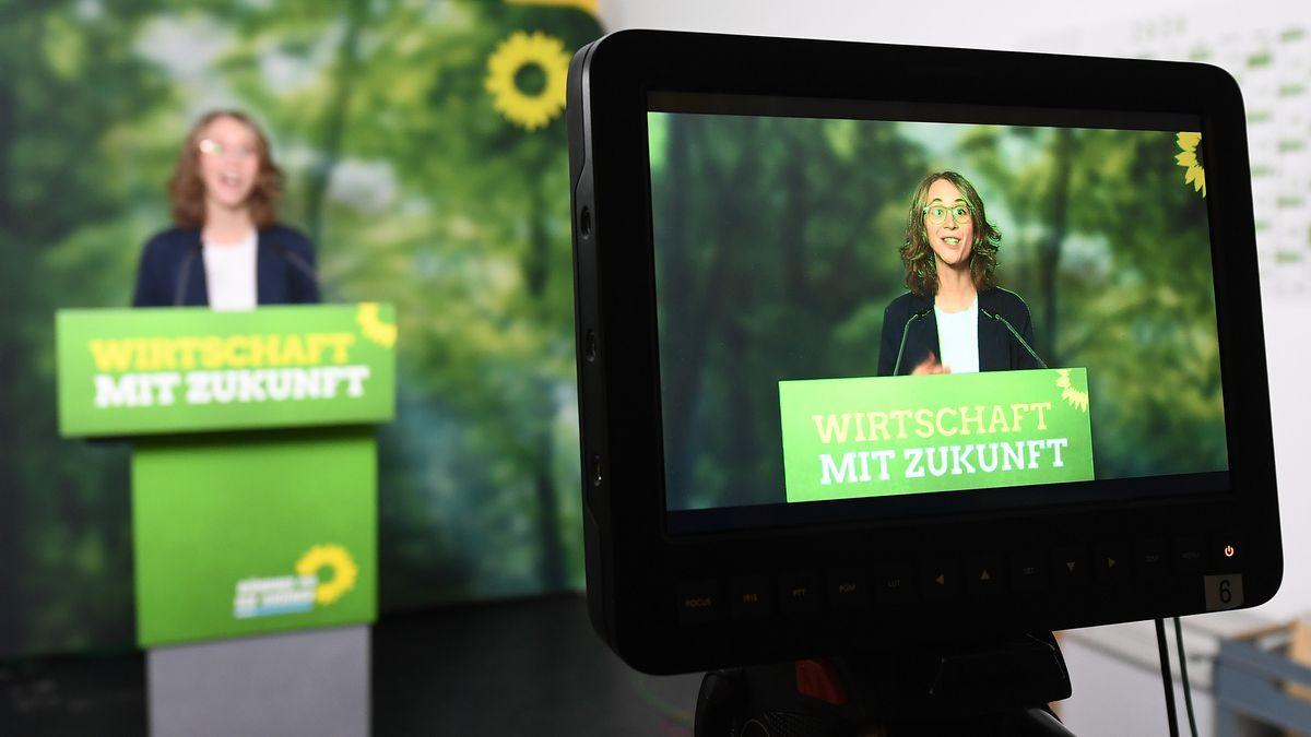 Die Landesvorsitzende von Bündnis 90/Die Grünen in Bayern, Eva Lettenbauer, spricht beim digitalen Parteitag der bayerischen Grünen.