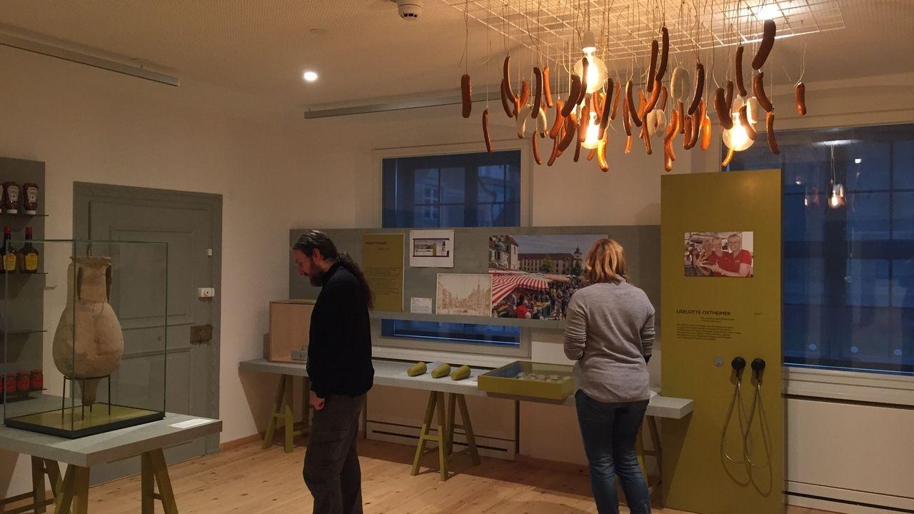 """Im Kempener Stadtmuseum: Ein Würstel-Mobile an der Decke im Themenraum """"Markt"""""""