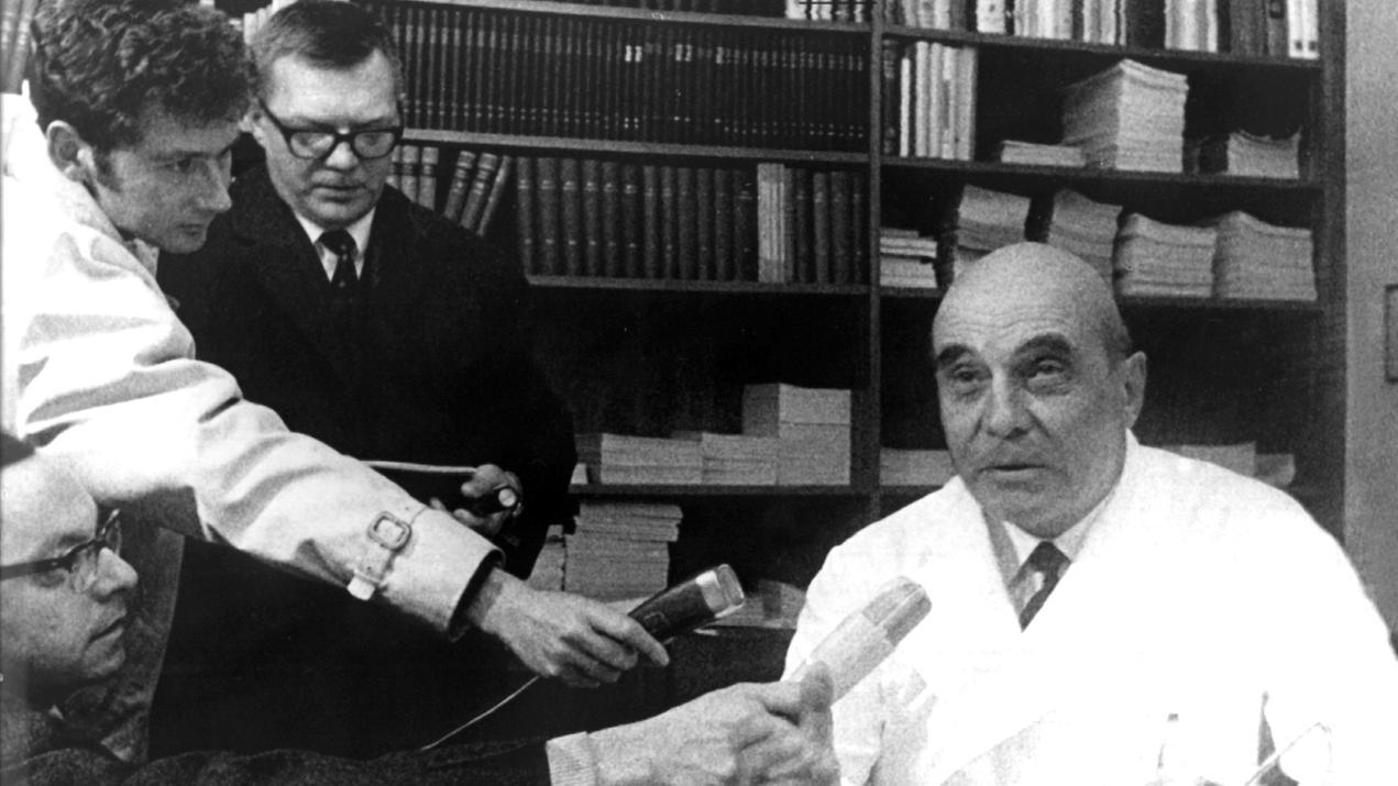 Journalisten umringen Rudolf Zenker, der die erste Herztransplantation in der Bundesrepublik wagte (Archivbild).