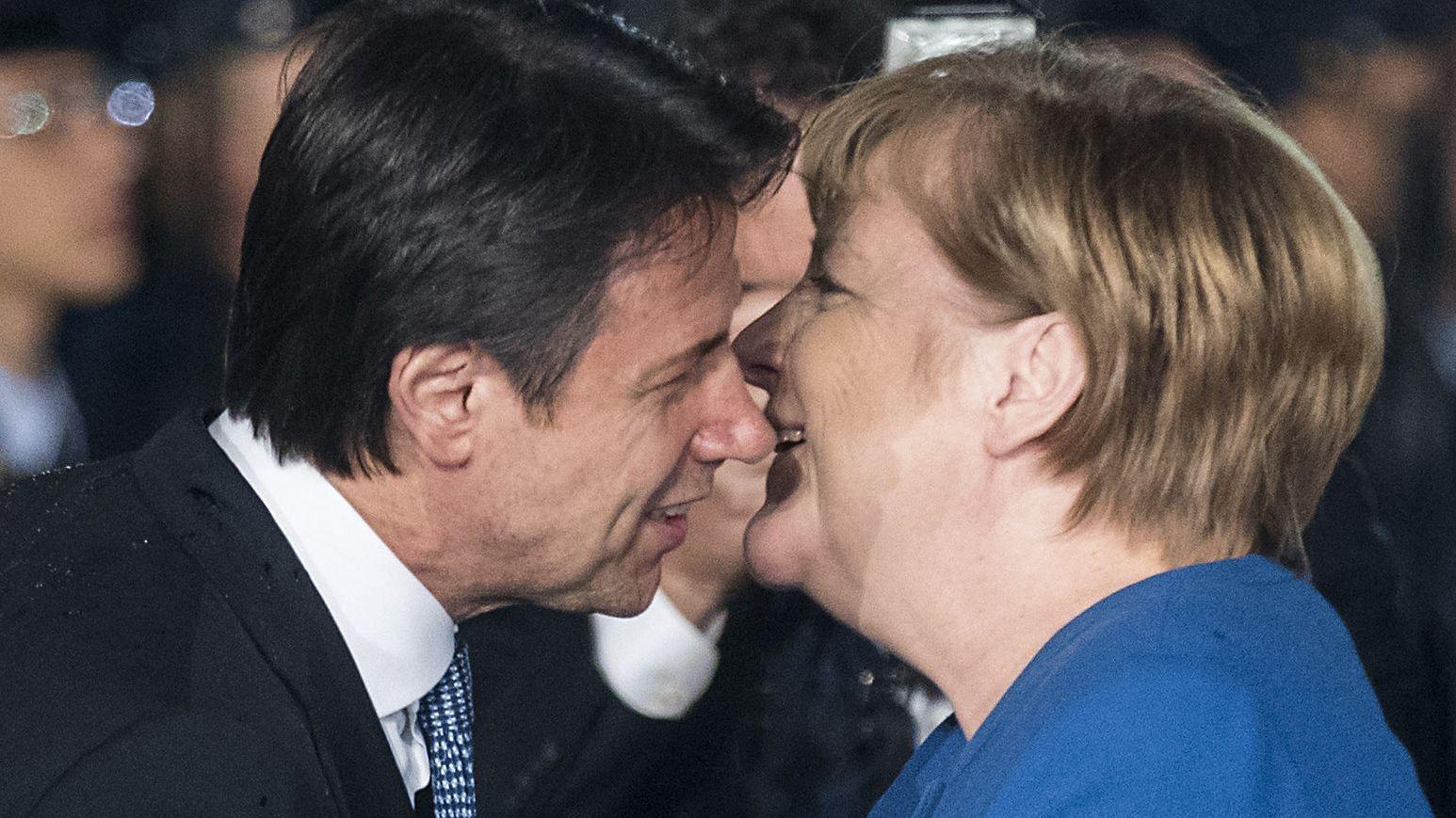 Bundeskanzlerin Angela Merkel (r) wird von Giuseppe Conte, Ministerpräsident von Italien, begrüßt.