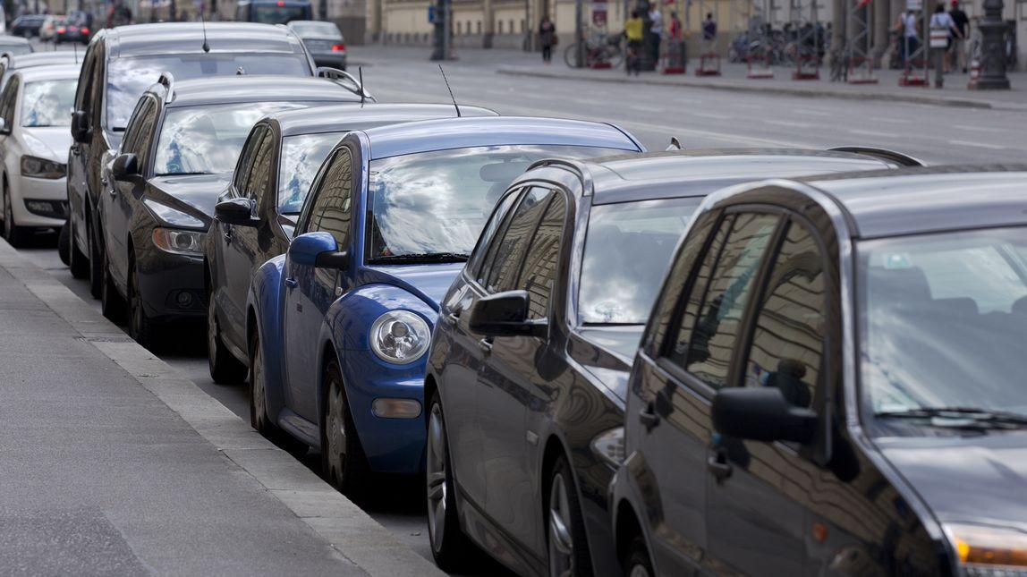 Autos parken in München an einer Straße.