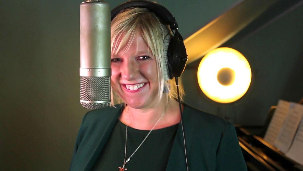 Claudia Koreck bei Aufnahmen für den Sternstunden-Song 2020