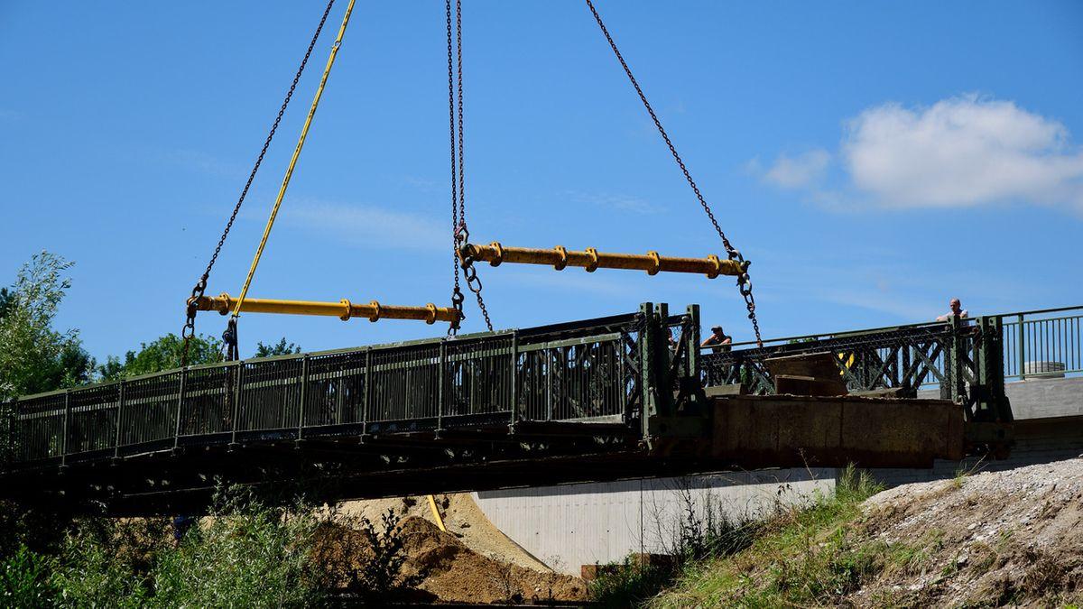 Zum Abbau wurde die Behelfsbrücke durch ein Kranunternehmen ausgehoben und am Abbauplatz abgesetzt.