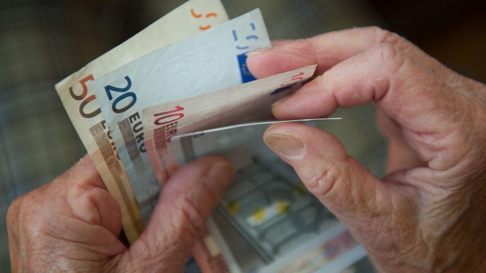 Eine ältere Frau zählt Geld. | Bild:dpa-Bildfunk/Eine ältere Frau zählt Geld.