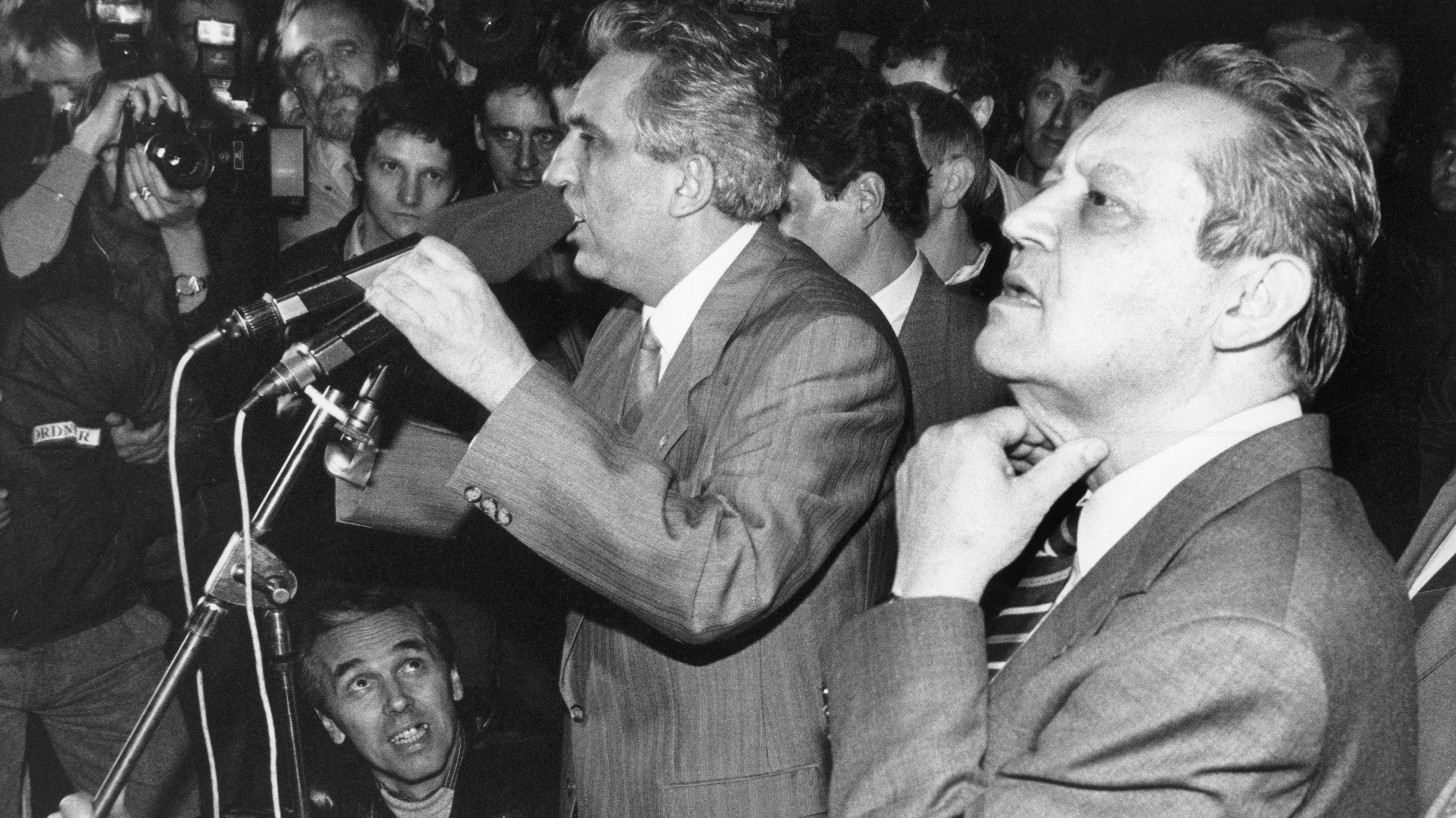 8.11.1989: Egon Krenz und Günter Schabowski vor Demonstranten am Palast der Republik
