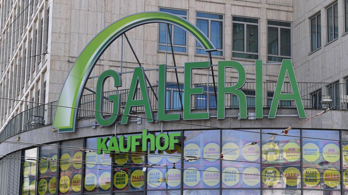 Die Galeria Karstadt Kaufhof Filiale am Stachus: Im Fenster hängen Hinweise auf die bevorstehende Schließung
