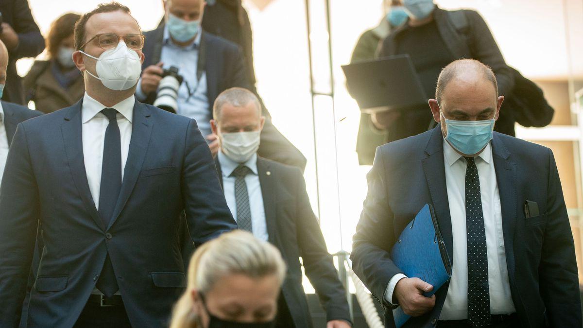Jens Spahn (CDU), Bundesminister für Gesundheit, und Lars Schaade (r.), Vizipräsident des RKI.