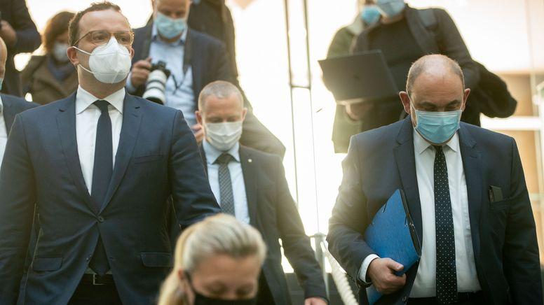Jens Spahn (CDU), Bundesminister für Gesundheit, und Lars Schaade (r.), Vizipräsident des RKI. | Bild:picture alliance/dpa | Kay Nietfeld