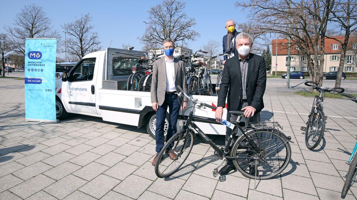 Mobilitätsreferent Georg Dunkel, Wolfgang Großmann (P+R) und OB Dieter Reiter (von links) starten  Leihrad-Projekt
