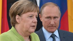 Bundeskanzlerin Angela Merkel und der russische Präsident Putin vor der deutschen und der russischen Fahne | Bild:dpa-Bildfunk/Ralf Hirschberger