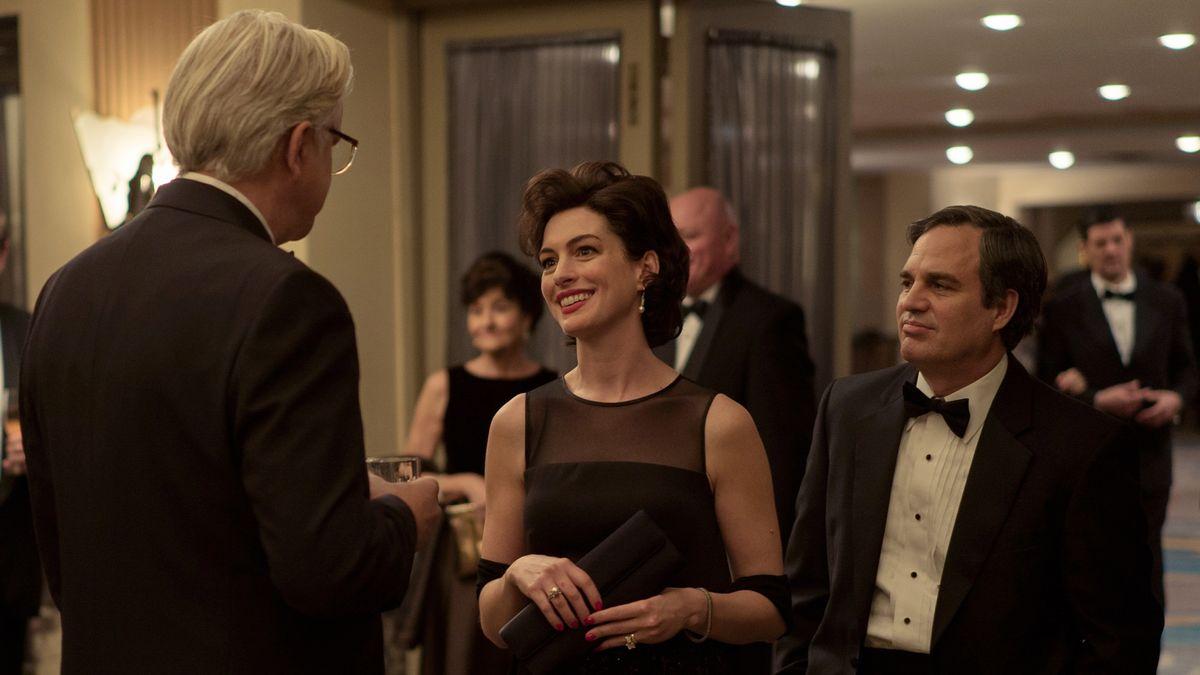 """Eine feierlicher Empfang - ein elegantes Ehepaar begrüßt einen weißhaarigen Mann.: Szene aus """"Vergiftete Wahrheit"""""""