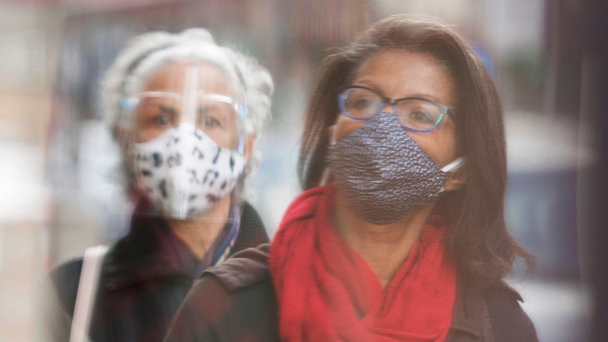 Brillenträgerinnen mit Schutzmasken