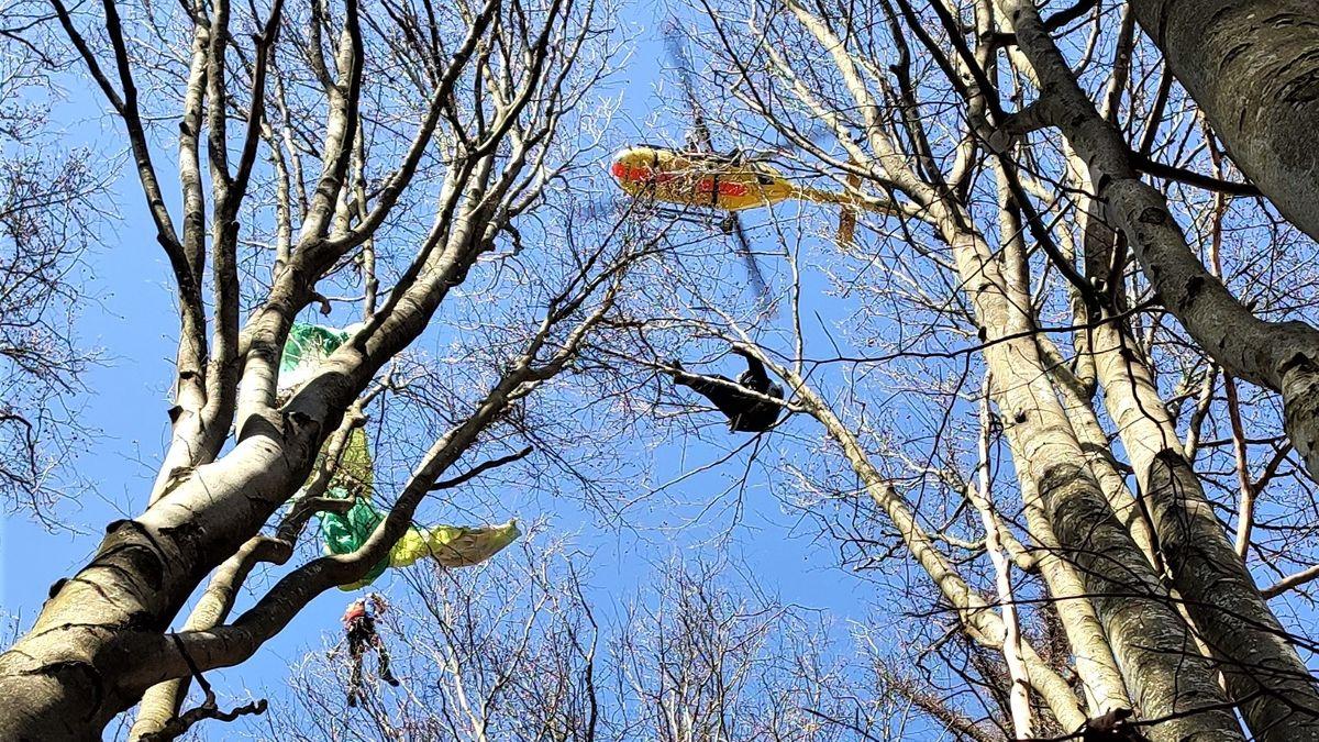 Ein Luftretter seilte sich zu dem verunglückten Gleitschirmflieger ab.