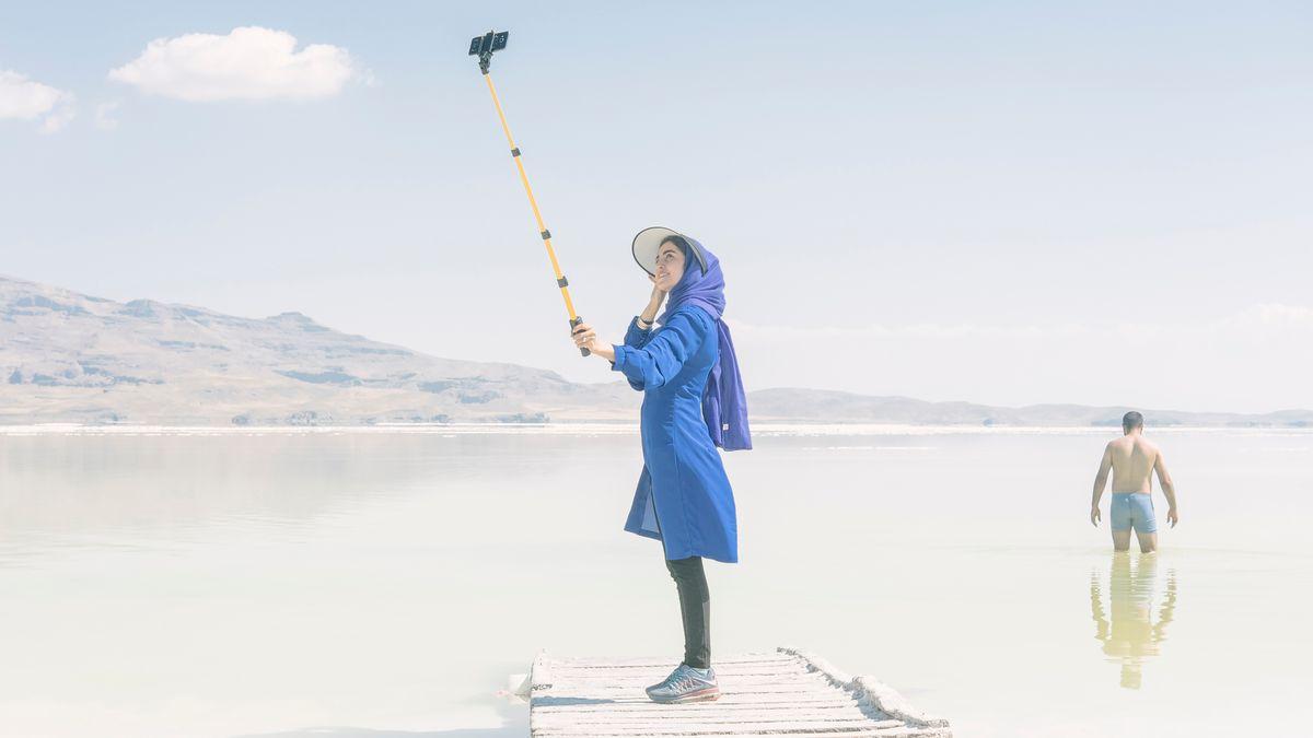 Ein Bild aus der Bilderstrecke von Maximillian Mann über den Urmiasee im Iran zeigt eine fotografierende Frau am Ufer des Sees