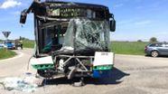 Schulbus nach Unfall an einer Kreuzung bei Glonn | Bild:BR