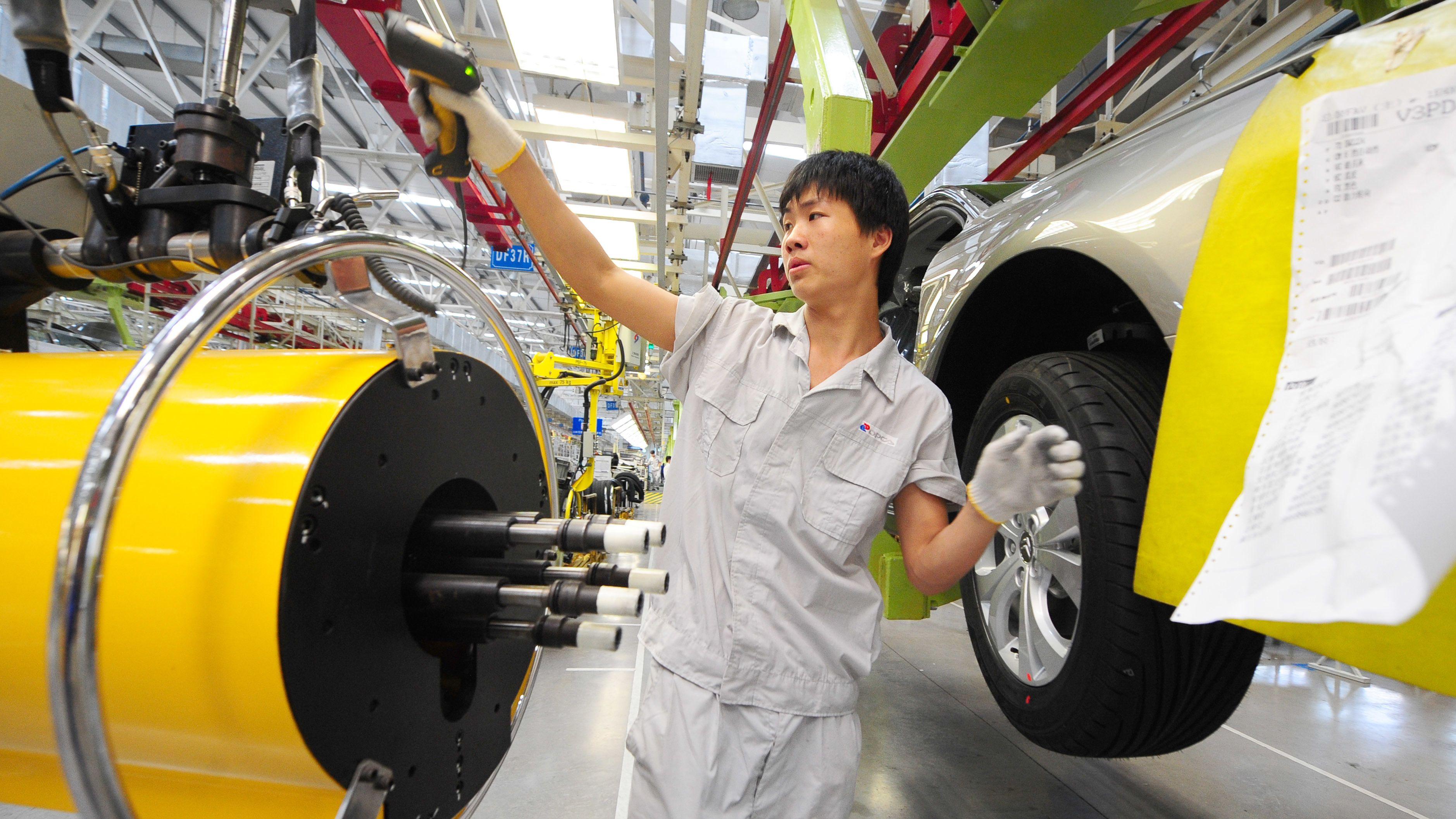 Chinesischer Arbeiter in der Dongfeng Peugeot Citroen Automobile Company Ltd. (DCPA) in Wuhan.