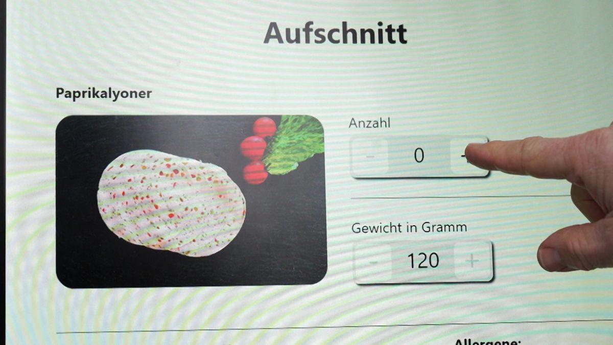Der Bildschirm auf dem die Kunden Wurst, Fleisch oder Käse bestellen können