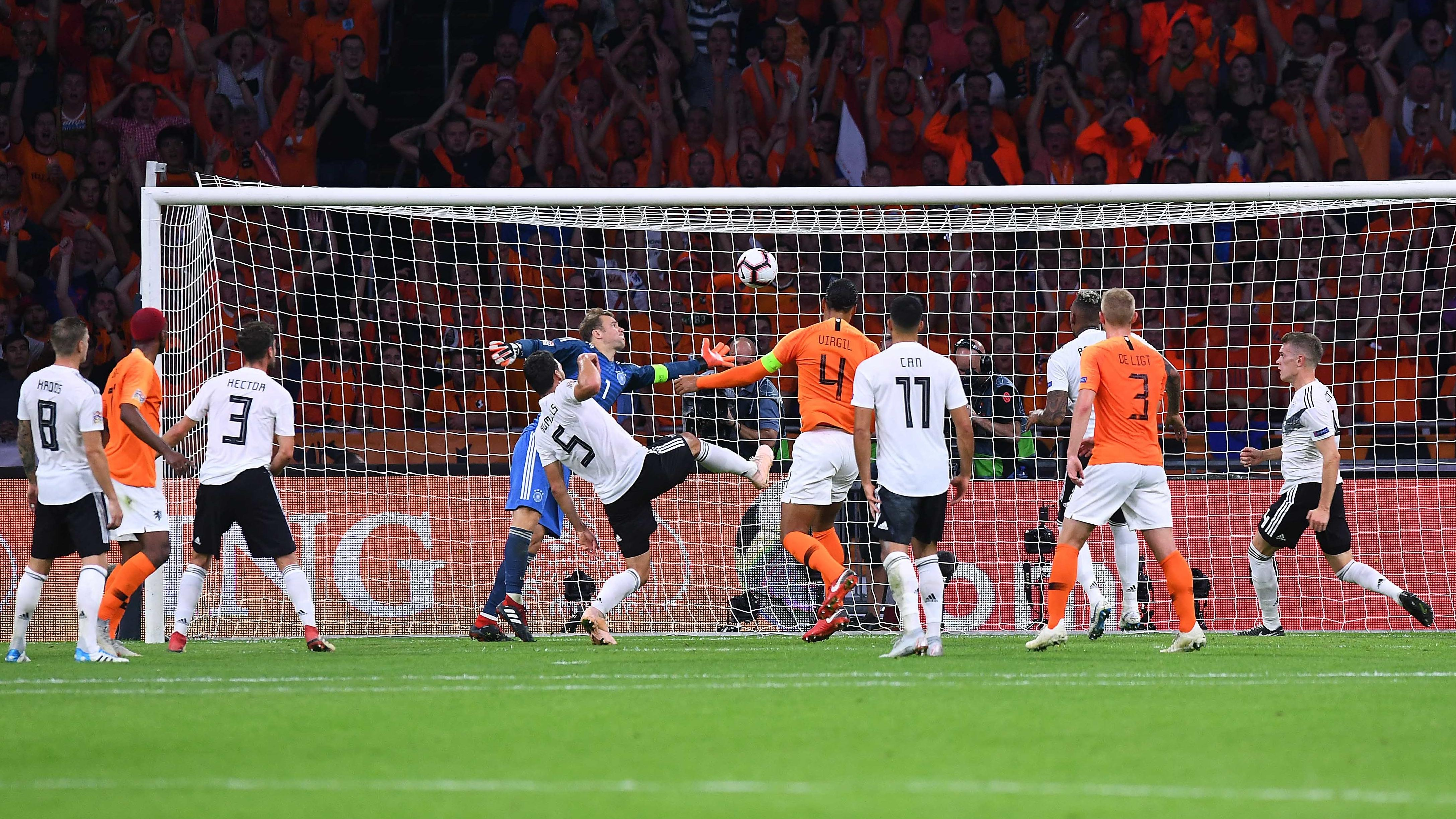 Das 1:0: Virgil van Dijk (Nummer 4) köpft einen Abpraller von der Latte zur Führung ins leere Tor ein.