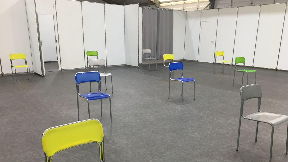 Im Impfzentrum in Würzburg stehen Stühle mit Abstand.