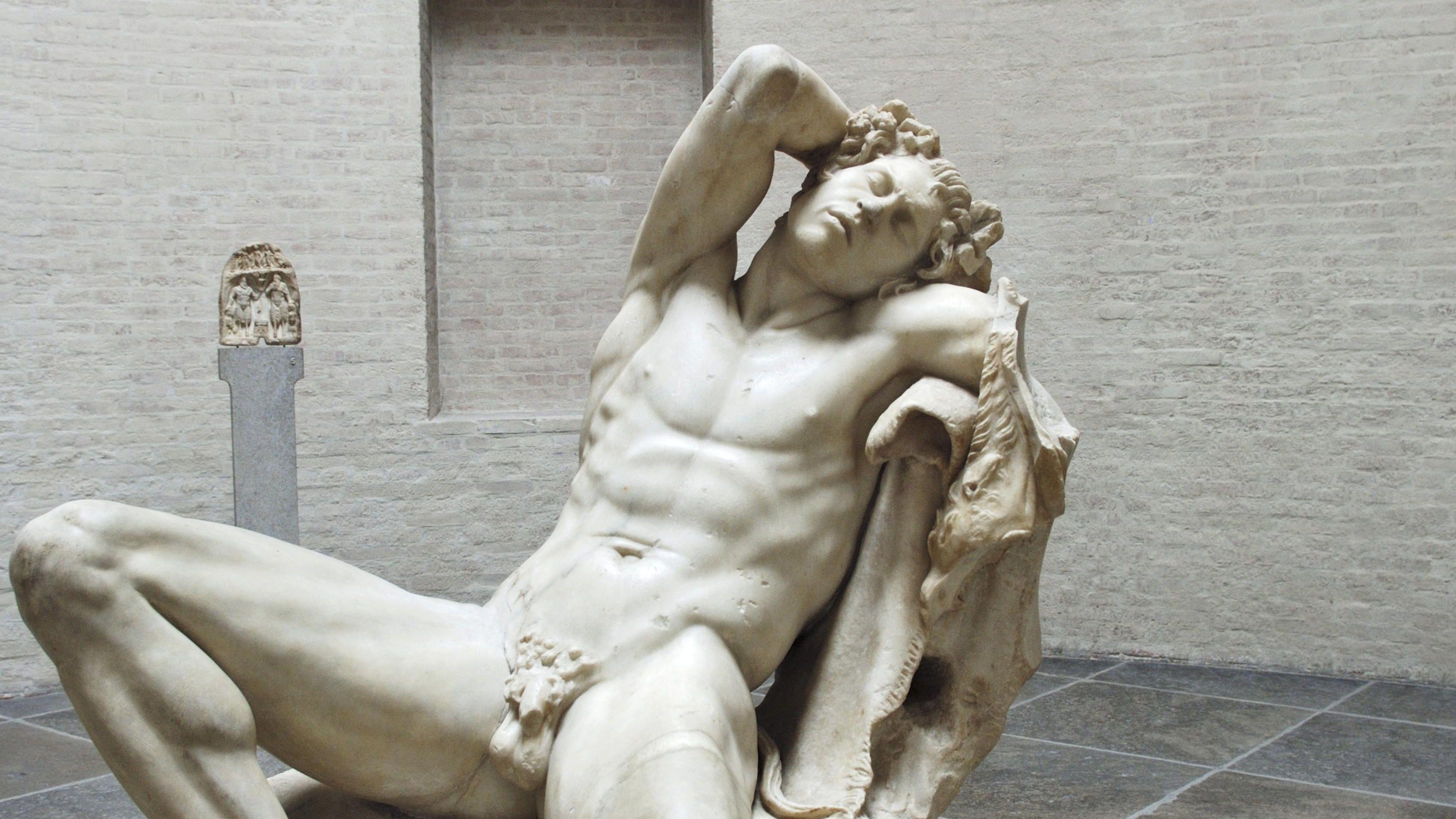 Hingegossen und nackt: Skulptur eines schlafenden Mannes im Saal des Faun: der schlafende Satyr