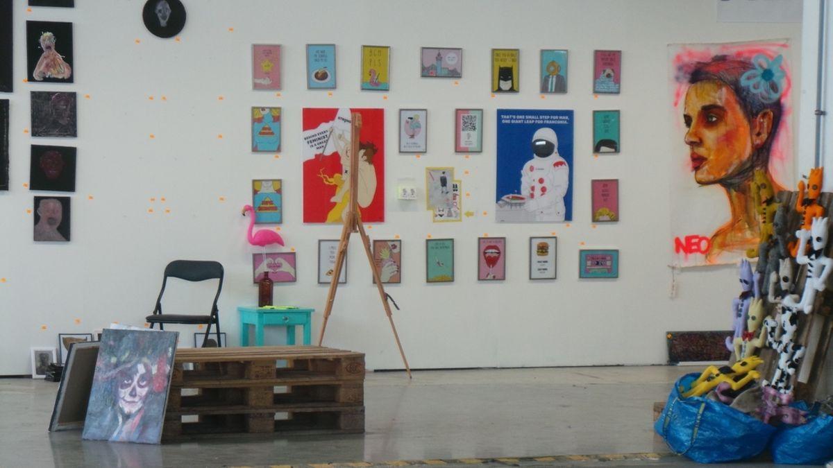 Bilder und Kunstobjekte in einer Halle.