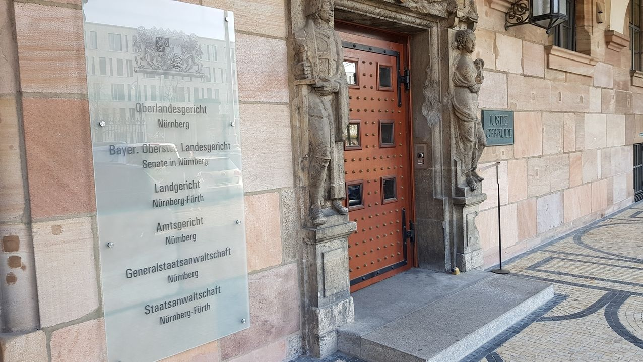 Die Eingangstür des Justizgebäudes in Nürnberg